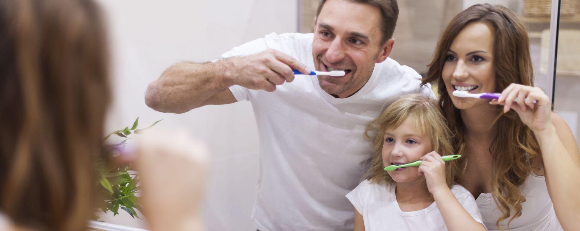 Rodzina czyści zęby przed lustrem w łazience. - Sputnik Polska, 1920, 13.05.2021