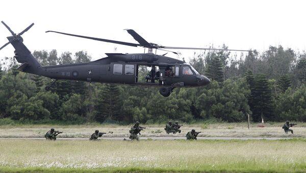 Tajwańscy żołnierze i helikopter Black Hawk - Sputnik Polska