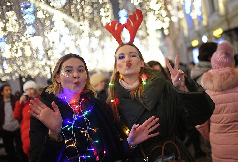 Dziewczyny w noworoczą noc na ulicy Nikolskiej w Moskwie