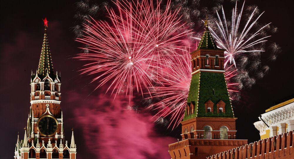 Noworoczne fajerwerki nad Placem Czerwonym w Moskwie
