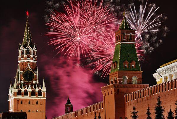 Noworoczne fajerwerki nad Placem Czerwonym w Moskwie - Sputnik Polska