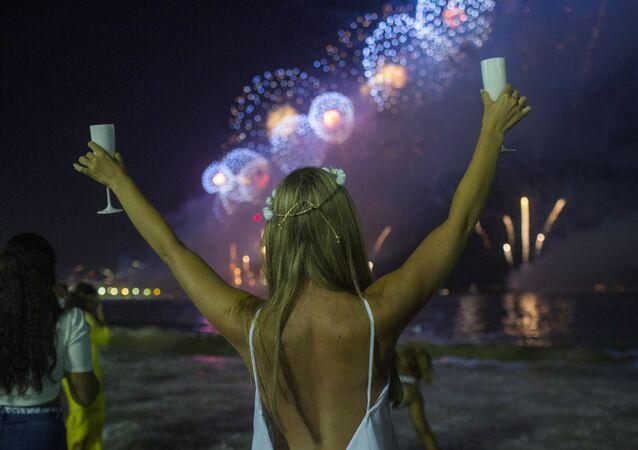 Dziewczyna podczas Sylwestra na plaży w Rio de Janeiro