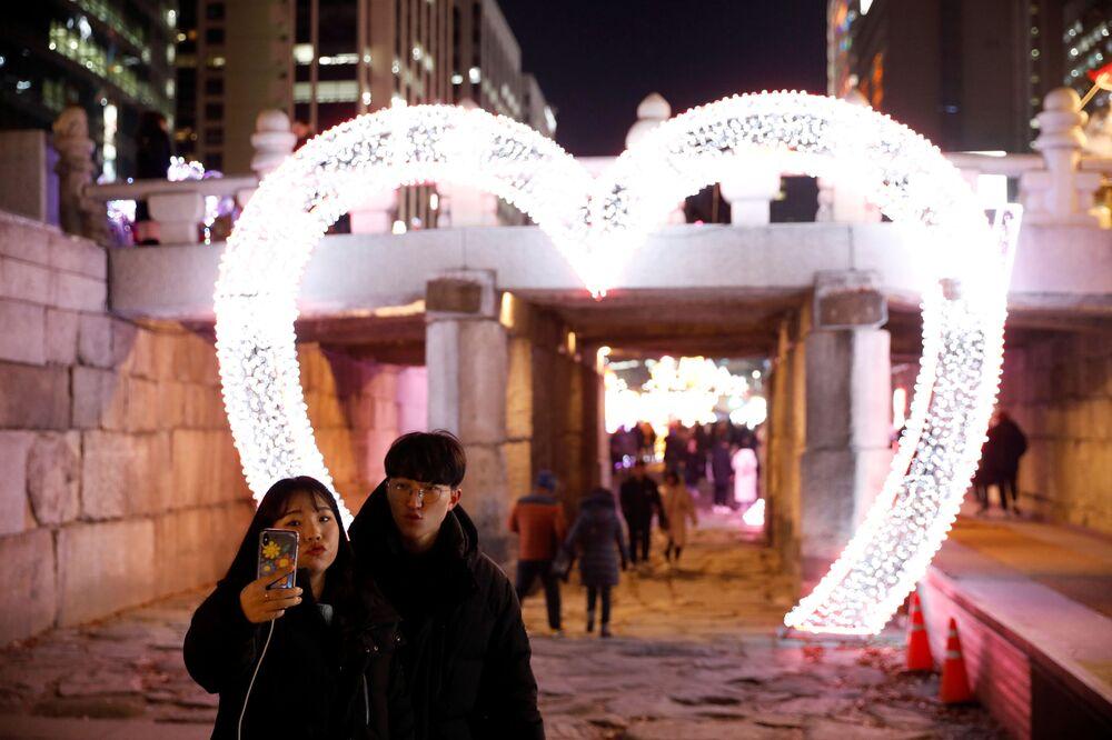 Para robi sobie zdjęcie w Sylwestra w Seulu
