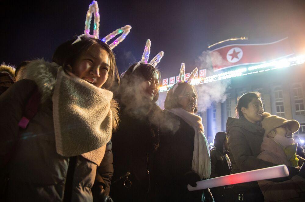 Dziewczyny oglądające pokaz sztucznych ogni  w KRLD