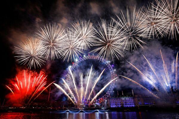 Fajerwerki nad London Eye w Wielkiej Brytanii - Sputnik Polska