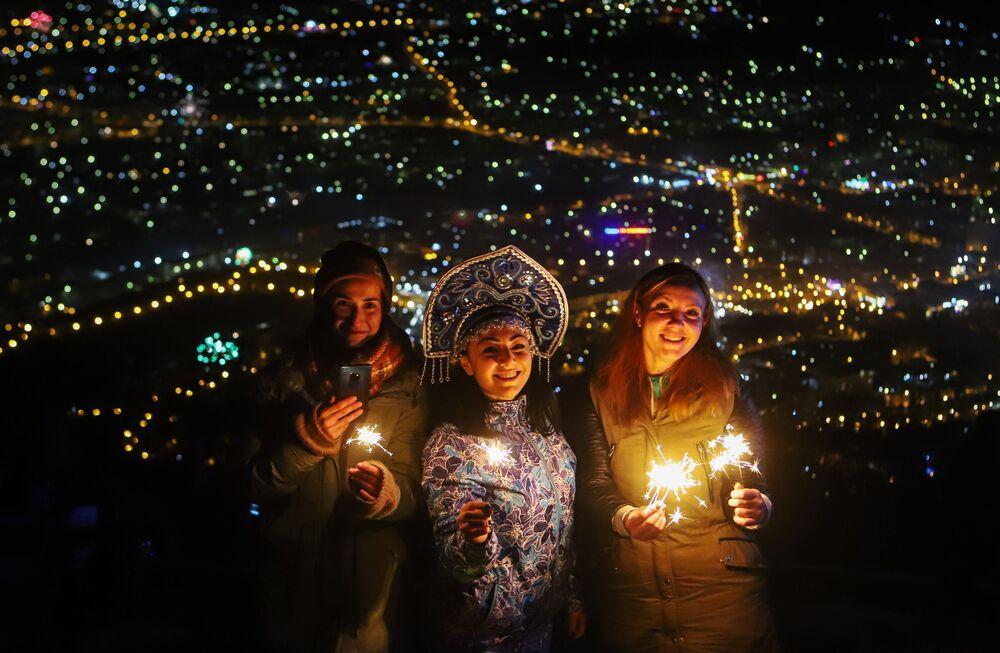 Mieszkańcy i goście Piatigorska świętują Nowy Rok na szczycie Maszuk