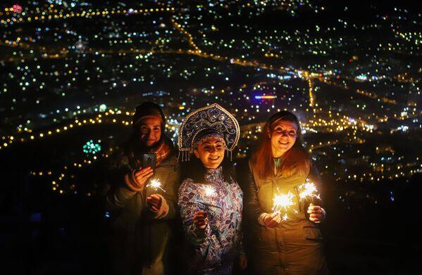 Mieszkańcy i goście Piatigorska świętują Nowy Rok na szczycie Maszuk - Sputnik Polska