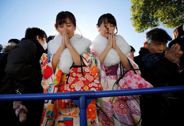 Dziewczyny podczas modlitwy w pierwszy dzień nowego roku w Tokio - Sputnik Polska