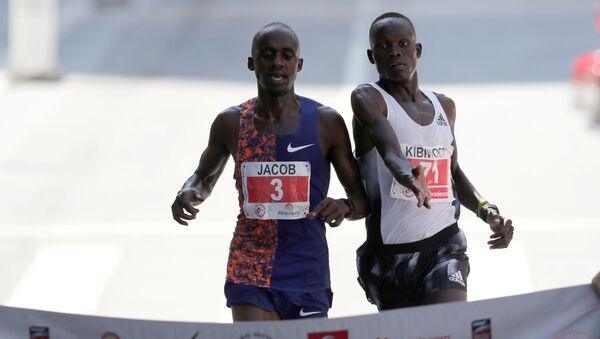 Lekkoatleta z Ugandy Jacob Kiplimo i Kibiwott Kandie z Kenii  - Sputnik Polska