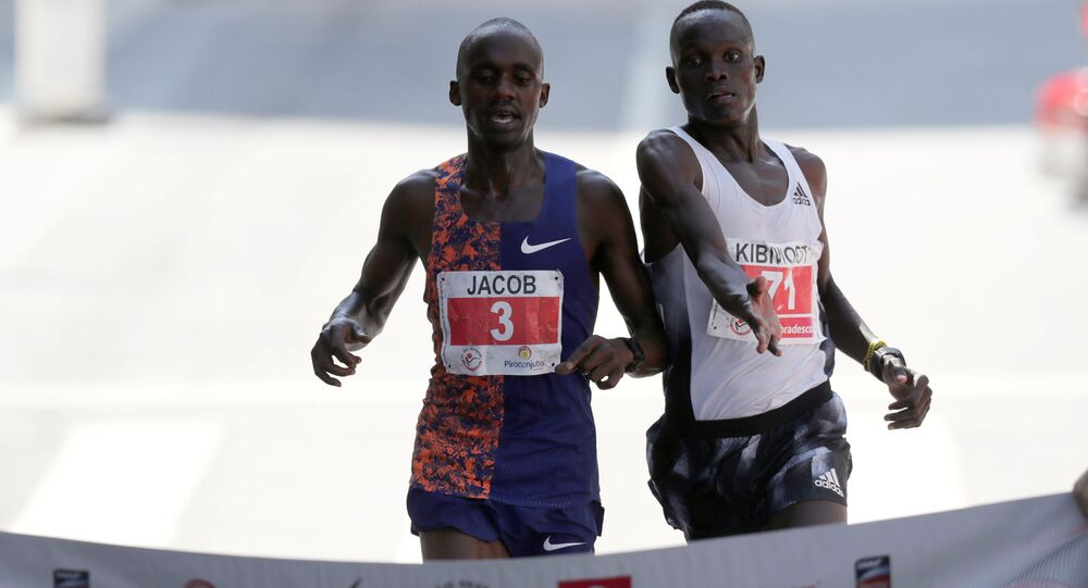 Lekkoatleta z Ugandy Jacob Kiplimo i Kibiwott Kandie z Kenii