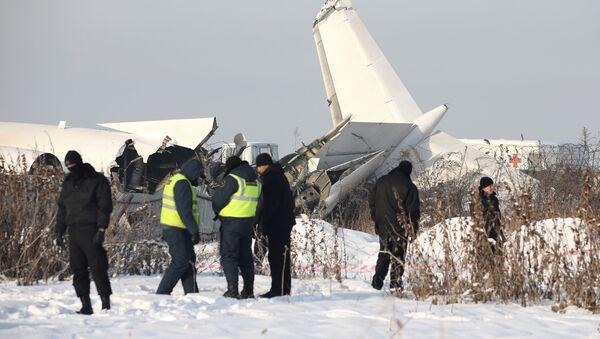 Pracownicy służb ratowniczych i policji na miejscu katastrofy samolotu Fokker 100 w Kazachstanie - Sputnik Polska