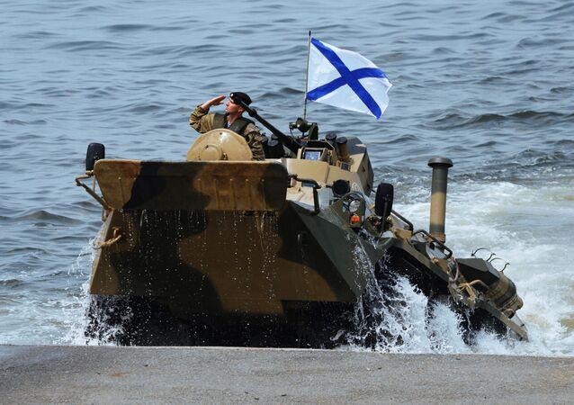 Desant roty piechoty morskiej Floty Oceanu Spokojnego z transportera opancerzonego BTR-82A we Władywostoku
