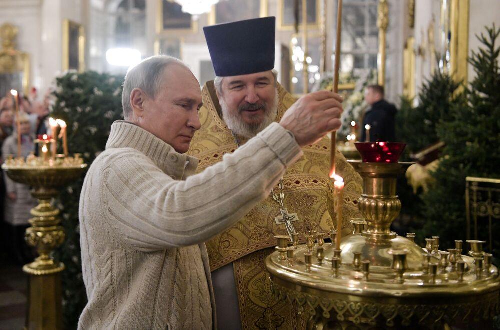 Prezydent Władimir Putin w czasie liturgii bożonarodzeniowej w Soborze Chrystusa Zbawiciela w Petersburgu.