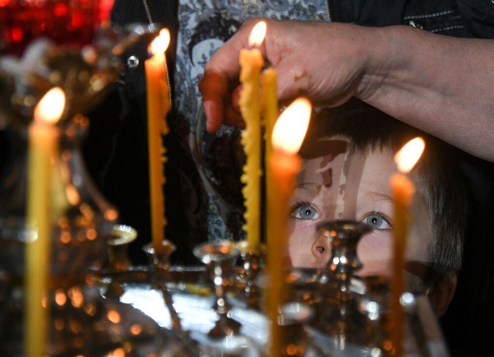 Dziecko w czasie liturgii bożonarodzeniowej w Soborze Chrystusa Zbawiciela w Moskwie.