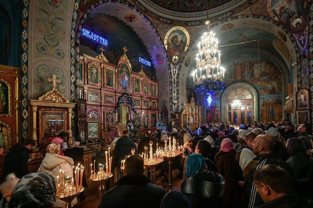 Wierni w czasie liturgii bożonarodzeniowej w Pietropawłowskim Soborze Katedralnym w Symferopolu.