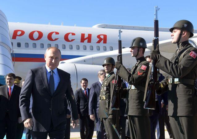 Prezydent Rosji Władimir Putin w czasie uroczystego powitania na lotnisku w Stambule