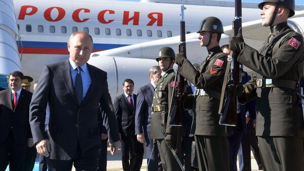 Prezydent Rosji Władimir Putin w czasie uroczystego powitania na lotnisku w Stambule - Sputnik Polska