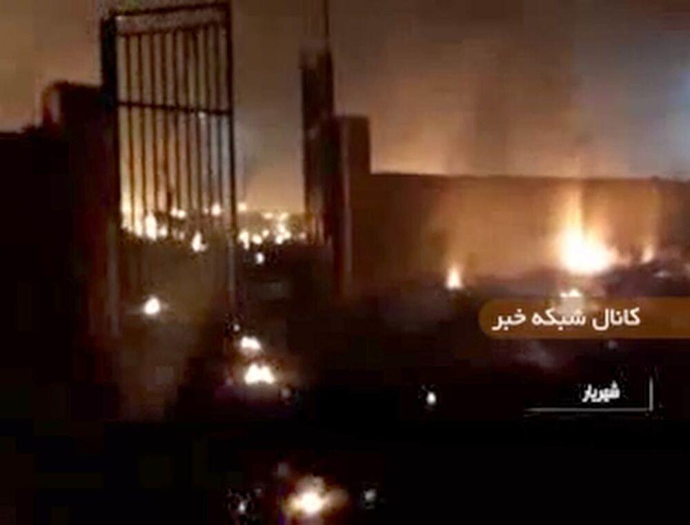 Kadr z nagrania wideo pożaru na miejscu katastrofy samolotu w Iranie.