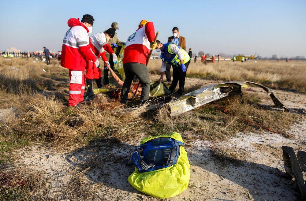Ratownicy na miejscu katastrofy samolotu w Iranie.
