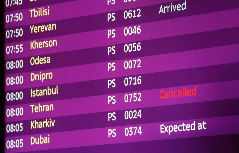 Tablica elektroniczna na lotnisku w Brukseli, na której lot z Teheranu oznaczono jako odwołany.