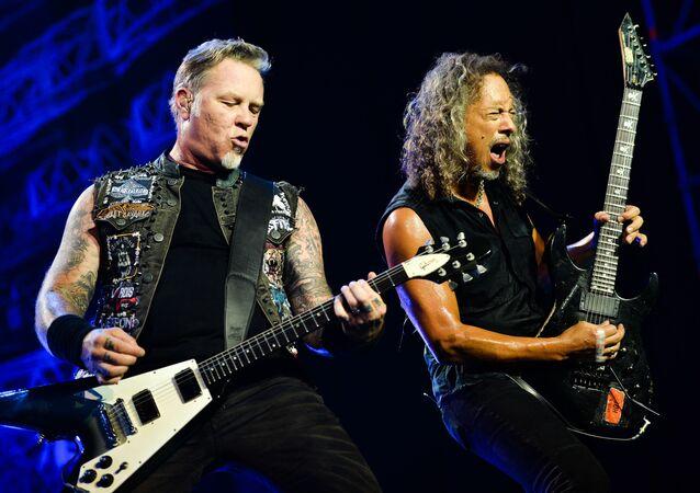 Lider amerykańskiej grupy Metallica James Hetfield i gitarzysta Kirk Hammett w czasie koncertu w Moskwie