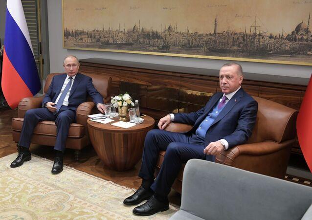 Prezydent Rosji WładimirPutin i prezydent Turcji Recep Tayyip Erdogan w czasie spotkania w Stambule