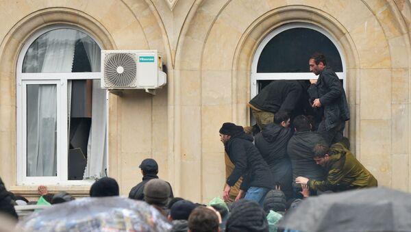 Protestujący szturmują budynek administracji prezydenta Abchazji w Suchumi. - Sputnik Polska