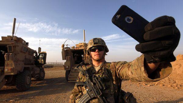 Amerykański żołnierz robi sobie selfie, Mosul, 2016 rok  - Sputnik Polska