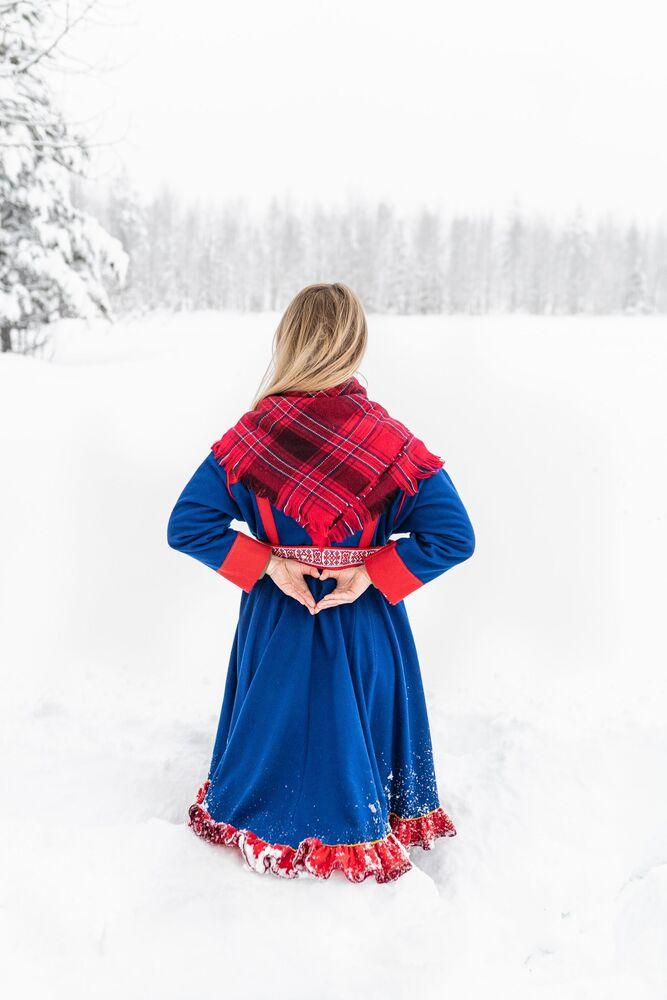 Dziewczyna w czerwonym szalu