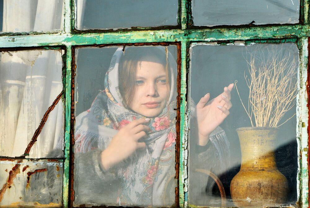 Dziewczyna patrzy przez okno