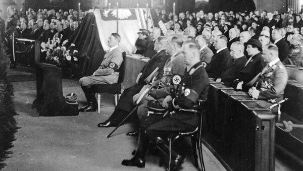 Adolf Hitler na nabożeństwie żałobnym ku pamięci marszałka Józefa Piłsudskiego w Berlinie. 1935 r. - Sputnik Polska