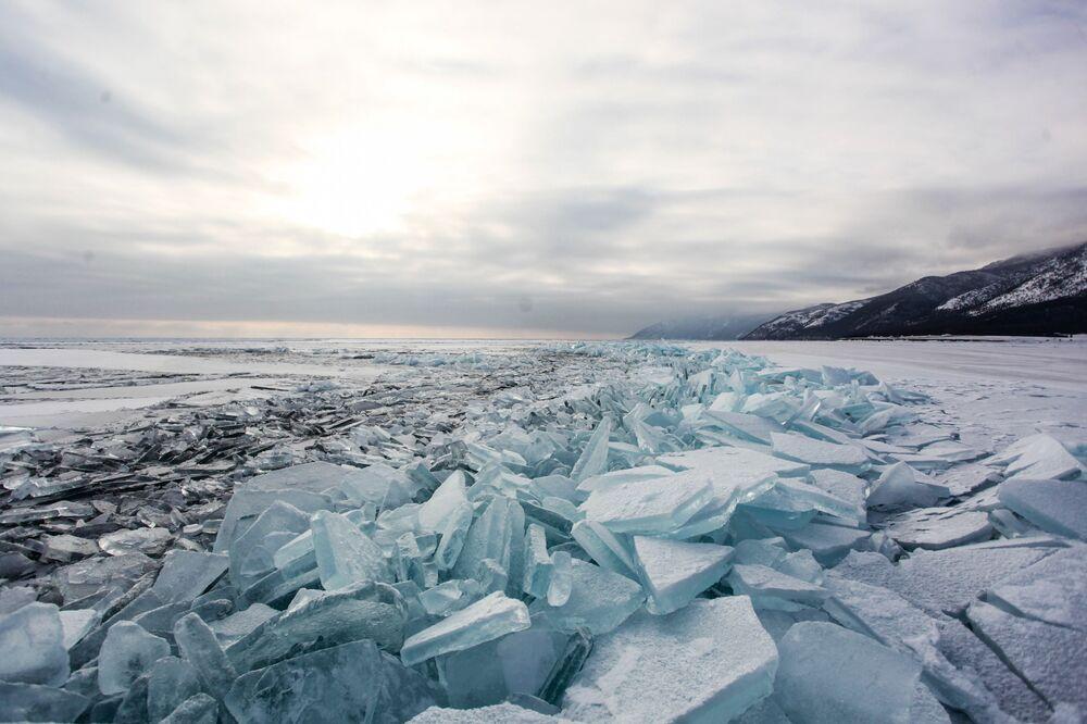 Lód na jeziorze Bajkał