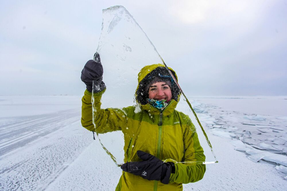 Dziewczyna z kawałkiem lodu na jeziorze Bajkał