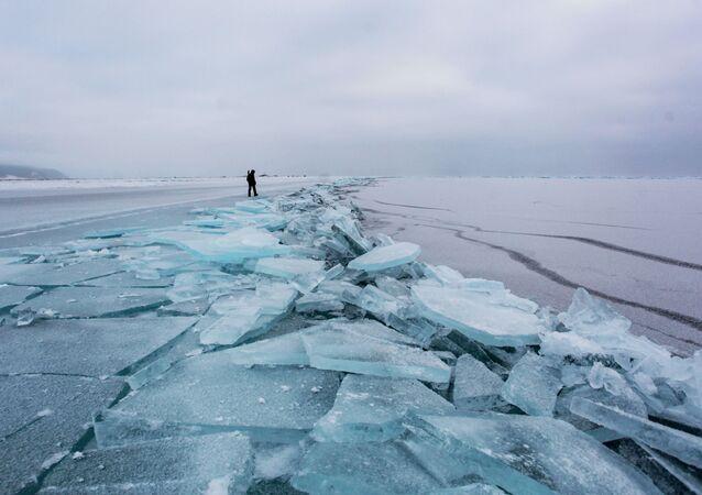Lód na brzegu jeziora Bajkał