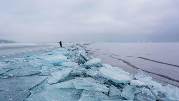 Lód na brzegu jeziora Bajkał  - Sputnik Polska