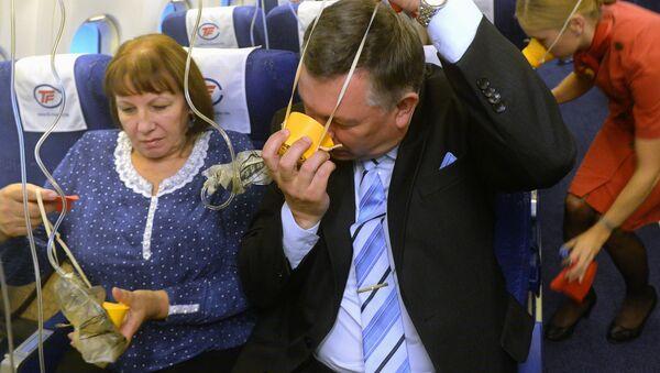 Przed każdym lotem załoga mówi o bezpieczeństwie i demonstruje użycie masek tlenowych oraz kamizelek ratunkowych. - Sputnik Polska
