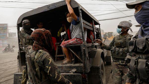 Ewakuacja mieszkańców Filipin  z powodu erupcji wulkanu Taal   - Sputnik Polska
