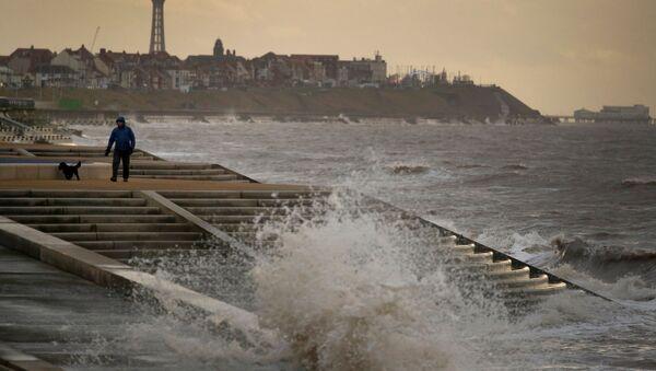 """Brytyjska służba meteorologiczna poinformowała, że sztorm """"Brenda"""" przyniesie w najbliższych dniach w niektóre rejony Wielkiej Brytanii silne opady deszczu i wiatr. - Sputnik Polska"""