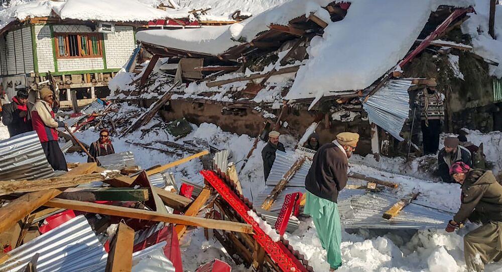 Mieszkańcy Kaszmiru sprzątają kawałki zniszczonego domu po zejściu lawiny