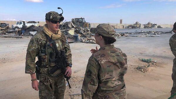 Żołnierze w miejscu ostrzału amerykańskiej bazy wojskowej w Iraku - Sputnik Polska