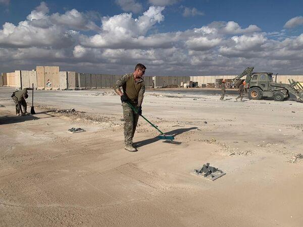 Amerykańscy żołnierze czyszczą bazę wojskową po ostrzelaniu, Irak  - Sputnik Polska