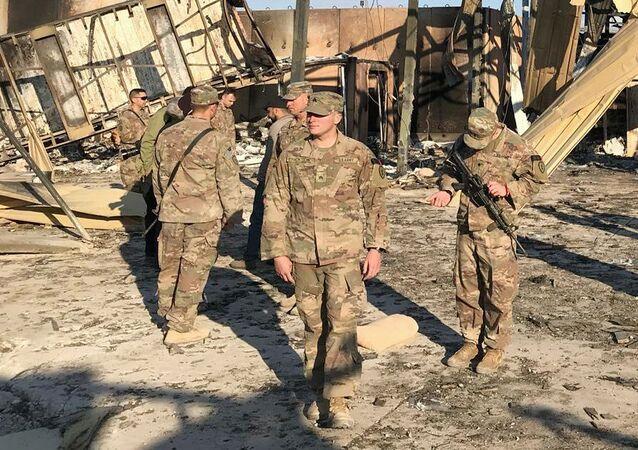 Amerykańscy żołnierze na miejscu ostrzału rakietowego baz USA w Iraku