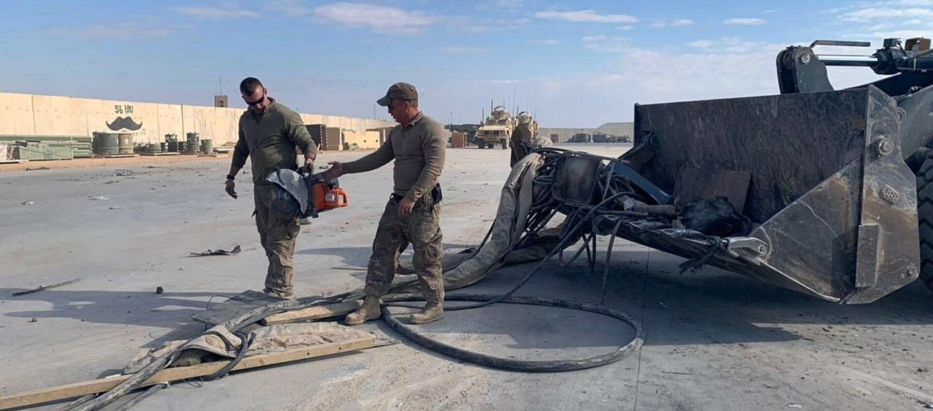 Amerykańscy żołnierze czyszczą bazę wojskową po ostrzelaniu, Irak  - Sputnik Polska, 1920, 03.03.2021