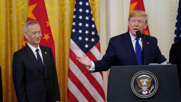 Wicepremier Rady Państwowej Chin Liu He i prezydent USA Donald Trump po podpisaniu umowy handlowej - Sputnik Polska