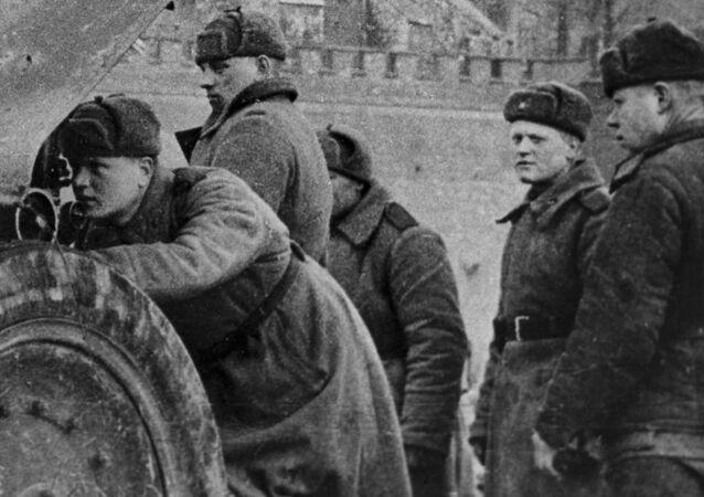Jednostka haubic artyleryjskich porucznika A. Kuzniecowa walczy pod murami Zamku Królewskiego w Krakowie