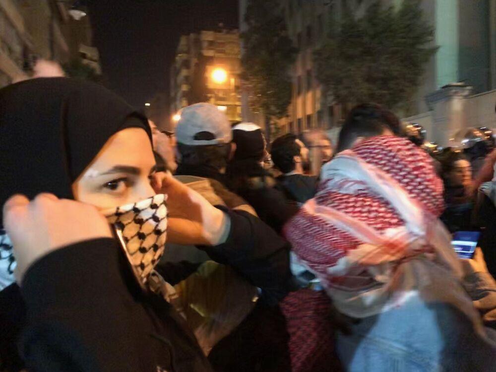 Uczestnicy antyrządowych demonstracji w czasie starć z policją przed budynkiem MSW.