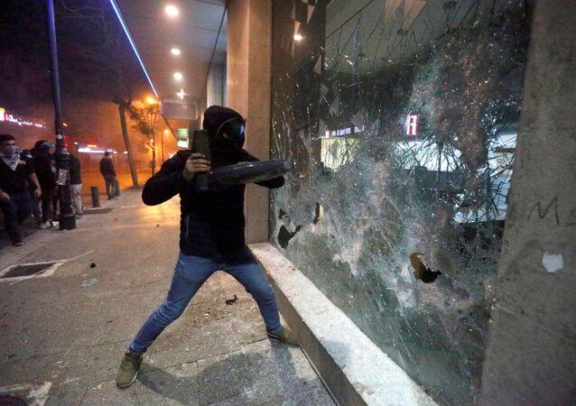 Protestujący rozbili okno w banku w Bejrucie.