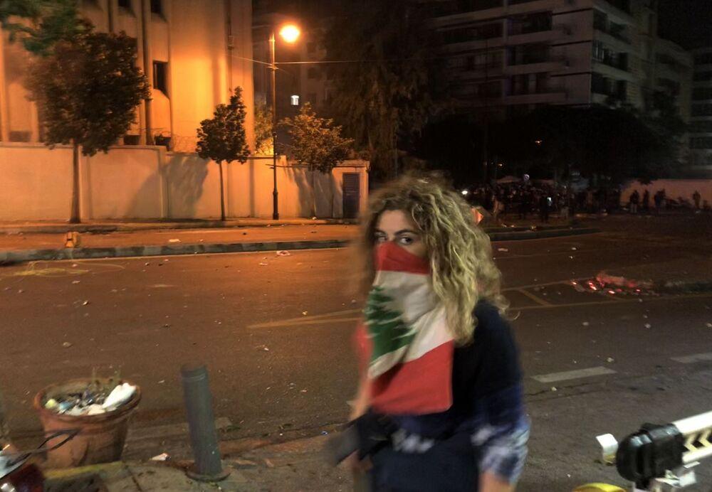 Uczestniczka antyrządowych demonstracji w czasie starć z policją przed budynkiem MSW naprzeciw ambasady Rosji w Bejrucie.