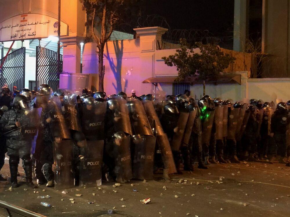 Funkcjonariusze policji w czasie starć z uczestnikami antyrządowych demonstracji przed budynkiem MSW naprzeciwko ambasady Rosji w Bejrucie.