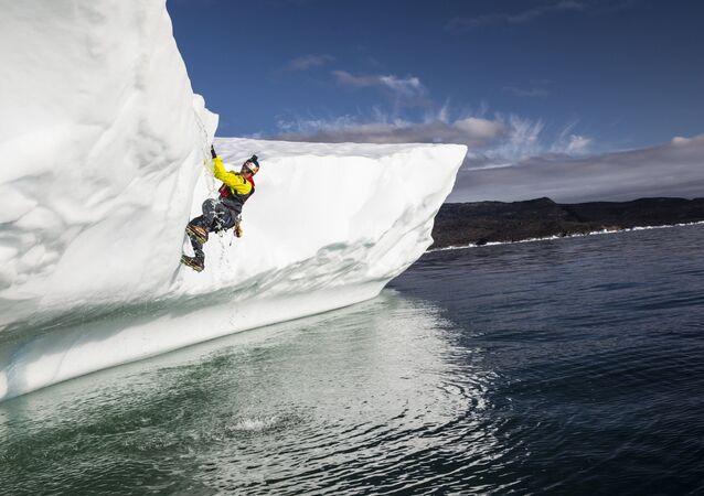 Kanadyjski przyrodoznawca Will Gadd w czasie nurkowania w celu zbadania czapy lodowej Grenlandii